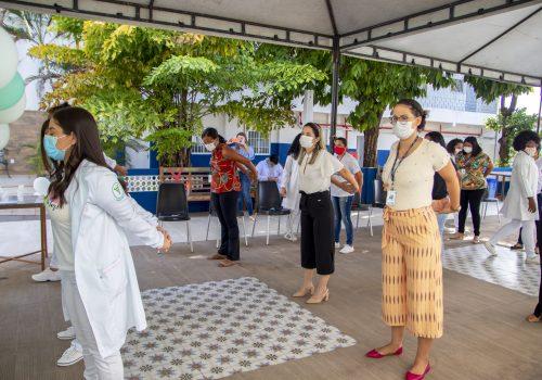 Alunos de Fisioterapia promovem ação de ginástica laboral com colaboradores