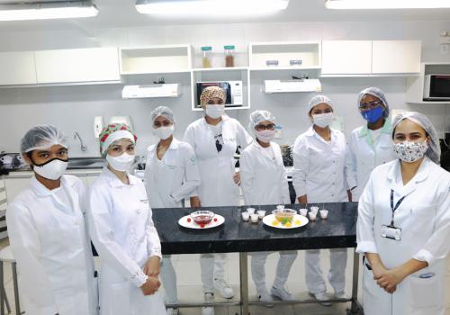 Alunas do curso de Nutrição produzem geleias caseiras em aula prática