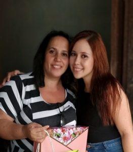 Profa. Camila Moraes com a mãe Maria do Carmo.